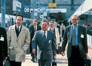De gauche à droite : André Navarri, directeur général de GEC Alsthom Transport, Ching-Lung Liao, directeur général du BOHSR et Wolfram Martinsen, président de Siemens Transportation.
