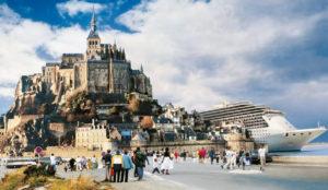 Des paquebots à côté du Mont-Saint-Michel