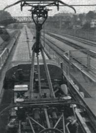 Le pantographe monophasé AMDE à double étage en position « levé » et le pantographe continu de l'une des motrices TGV. On remarque, sur cette photo prise à Bischheim, les installations spéciales aménagées pour la visite des toitures.