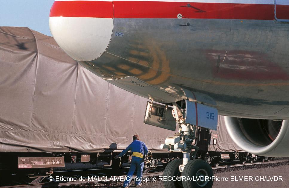 Photomontage : la marchandise passe directement des soutes de l'avion aux wagons.