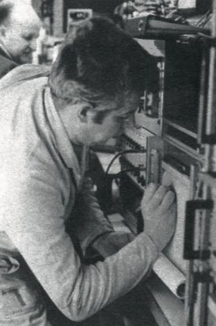 Ce technicien de ME6 annote pendant une marche d'essai l'enregistrement graphique des températures de boîtes d'essieux et de paliers moteurs.