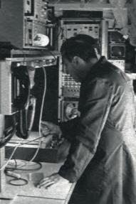 Les techniciens de la section frein surveillent l'enregistrement sur table traçante de la courbe « accélération négative = f (vitesse) » lors d'un essai de freinage d'urgence ...