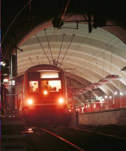 Pour la première fois une rame Eole entre dans la gare Haussmann-Saint-Lazare encore en travaux. © Christophe Recoura