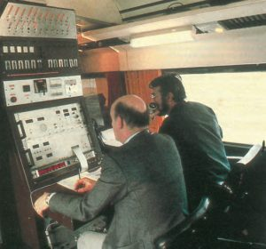 Intérieur de la voiture-laboratoire. Au poste<br /> de commande (de dos) : Claude Moreau<br /> (à gauche) et Jean-Marie Metzier (à droite). © CAV-SNCF-M. Henri