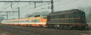 La rame 16 en cours d'acheminement, remorquée par la CC 65505. © CAV-SNCF-M. Henri