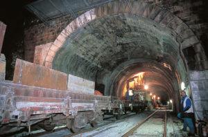 En 1999, travaux nocturnes de dégagement du gabarit GB1 dans le tunnel de La Saulzaie (ligne Nantes - Angers) creusé en 1851. © Michel BARBERON/LVDR