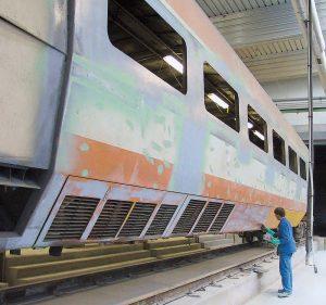 Aux ateliers d'Hellemmes, les TGV orange deviennent bleus. © Christophe RECOURA/LVDR