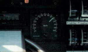 En cabine d'un TGV sur une section autorisée à 200 km/h. : le compteur indique 190 km/h et le voyant « B » est allumé. © M. Carémantrant