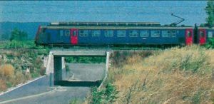Le train 5089 Lyon - Marseille, assuré par une automotrice Z2, franchit l'un des ponts construits pour remplacer les passages à niveau, au sud de Tarascon. © M. Carémantrant