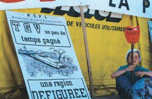 Les manifestations contre le TGV Med ont commencé avec le projet lui-même : ici en 1990 à Lambesc. © R. VIALE