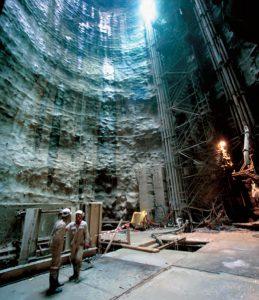 Lors du creusement du puits d'attaque des tunnels de Cabriès, le directeur du TGV Med a dédié l'ouvrage à Zinedine Zidane dont le premier « terrain » de foot se trouvait dans cette banlieue de Marseille. © Christophe RECOURA/LVDR