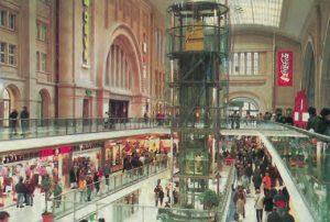 La gare rénovée de Leipzig, inaugurée le 12 novembre 1997, dispose de 30 000m2 que se partagent 130 enseignes. © DB AG