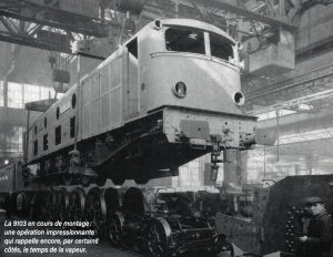La 9103 en cours de montage : une opération impressionnante qui rappelle encore, par certains côtés, le temps de la vapeur. © SNCF