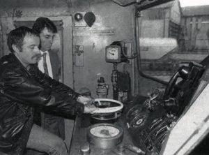 Régis Martel aux commandes de la dernière « batteuse ». A ses côtés, Gérard France, inspecteur traction. On notera la petite taille de l'indicateur de vitesse et la présence du combiné de la radio soltrain. © M. Barberon